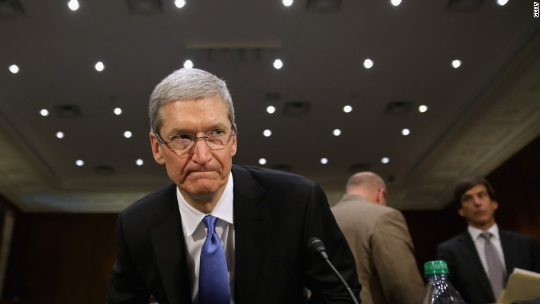 """Apple CEO Tim Cook calls for """"massive campaign"""" against fake news"""